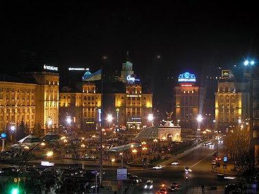 Киевляне ностальгируют по старому, дореконструкционному, Майдану. Но и аляповато-обновленный он все равно красив. Особенно в свете вечерних огней