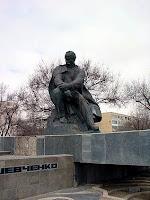 Памятник Т. Шевченко в Актау (Казахстан). С 1964 по 1991 гг. город назывался Шевченко, но потом казахи стали бороться с символикой тоталитарного режима...