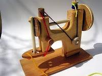 Деревянная игрушка швейная машинка