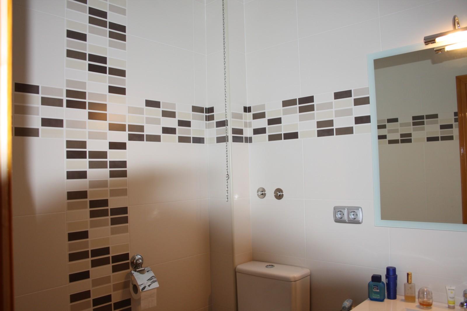 baño blanco con cenefa negra ~ dikidu