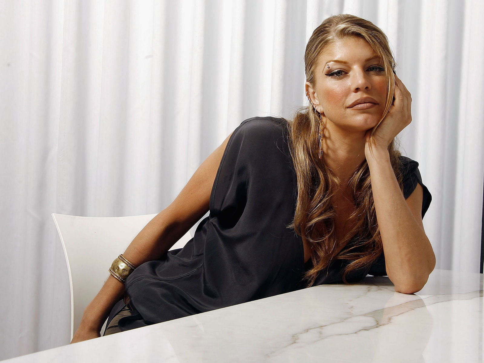 http://2.bp.blogspot.com/_KKDnGVCisFs/TBFUkwVT26I/AAAAAAAAFeA/gqIqqsDbvOM/s1600/fergie-in-black-dress-wallpapers_11298_1600x1200.jpg