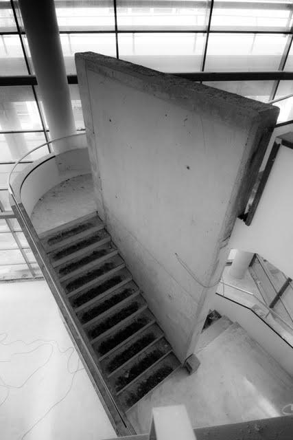 escalera volada desde pantalla de hormign