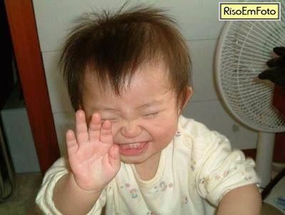 Foto de bebê chinês ou japonês rindo.