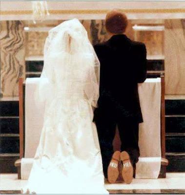 Noiva e noivo no altar de casamento.