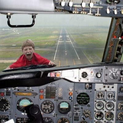 Photoshop - Fotomontagem com criança no para-brisa de avião.