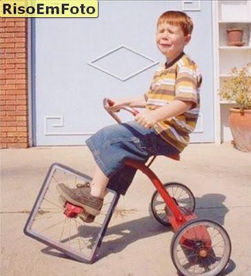 Bicicleta triciclo roda quadrada.