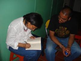 """Maria Helena firma su libro """"otras miradas"""""""