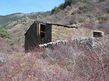 El cortal de cal Llehïr, a 1,5km al nord del poble
