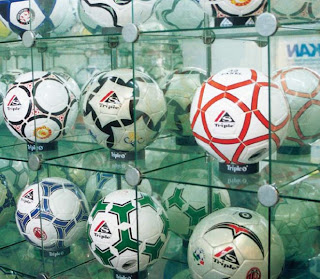 Bola Sepak produksi para pengrajin Indonesia