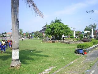 pedagang di alun alun kabupaten Demak bintoro kota wali songo dan belimbing bethokan sunan kalijaga penyear agama islam di pulau jawa