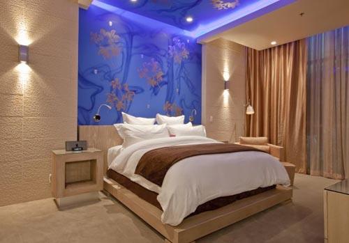 Dormitorio decorado con un bello efecto azul en el techo for Imagenes de techos decorados