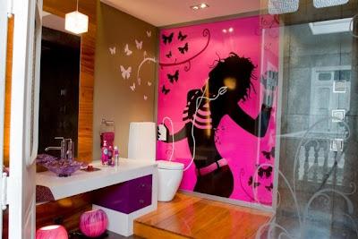 Diseño de baño fucsia para jovensitas con mariposas