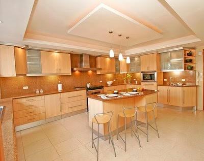Foto de cocina amplia y reposteros color claro cocina y - Iluminacion de cocinas ...