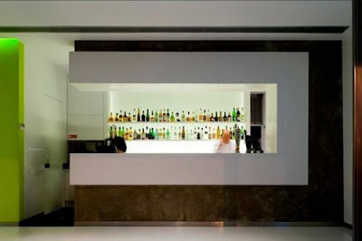 Fachada minimalista de un bar en portugal en colores - Barras de bar para salon de casa ...