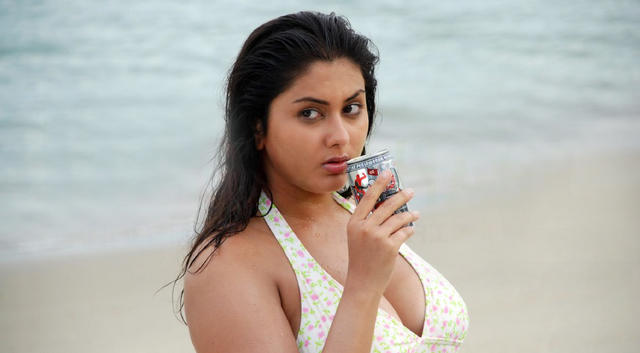 Namitha Dress Change in Caravan http://southtamil.wordpress.com/category/namitha/page/3/