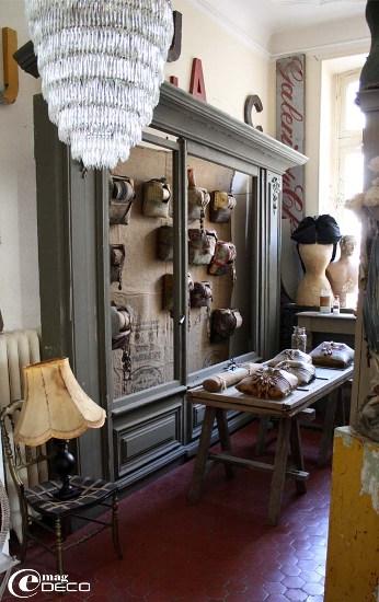 Collection de carreaux de dentellières présentée dans une façade de mercerie chinée