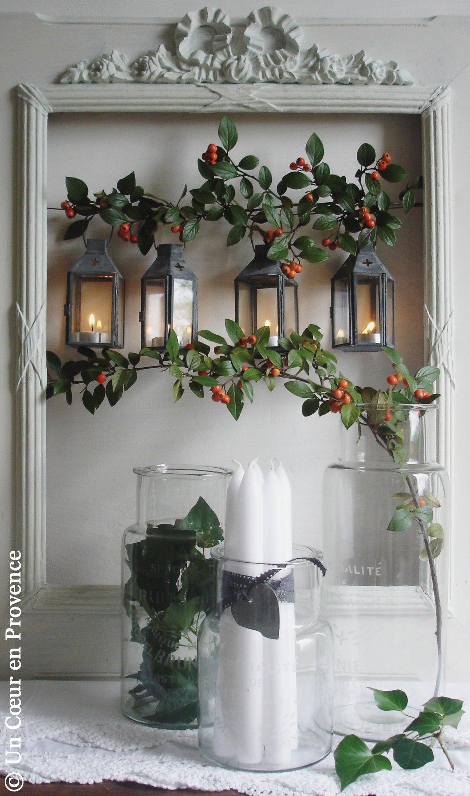 Mise en scène dans vieux cadre de lanternes et pots en verre