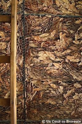 Détail du mur de feuilles séchées