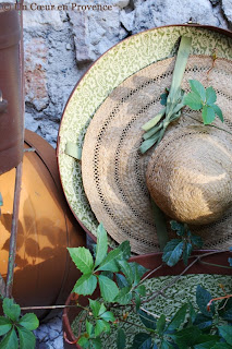 Arrangement with hat boxes and straw hat