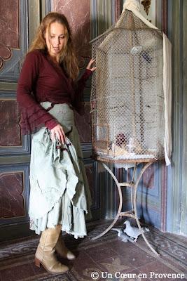 Sarah pose au château de Christin