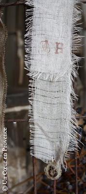 Ruban effiloché imprimé d'initiales et pendentif ancien