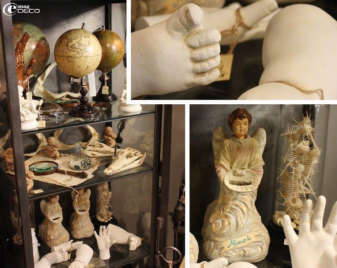 Vitrine remplie de globes, plâtres et tirelires