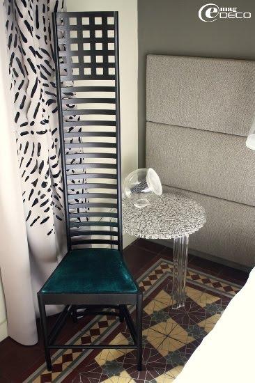 Chaise près de la tête de lit dans la chambre Enif