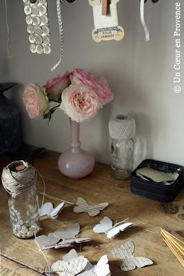 Rose Pierre de Ronsard posé sur la table de l'atelier