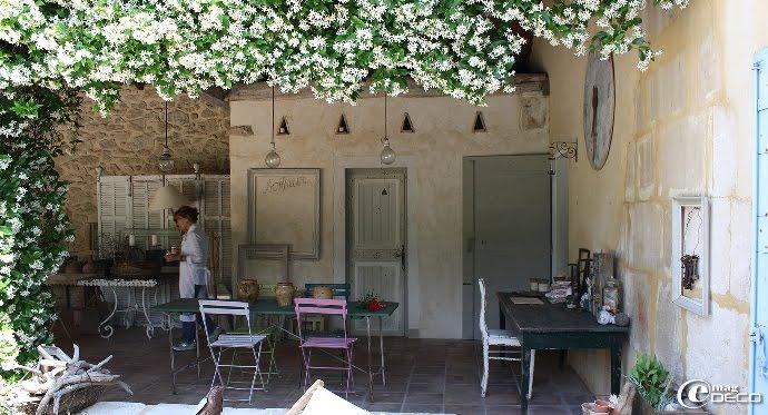 Atelier de Manon 21 sous un auvent entouré de jasmin en fleurs