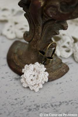 Fleur au crochet en boucle d'oreille