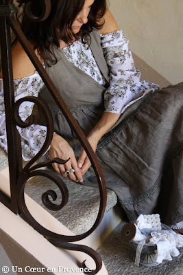 Robe en lin marron sur corsage smocké