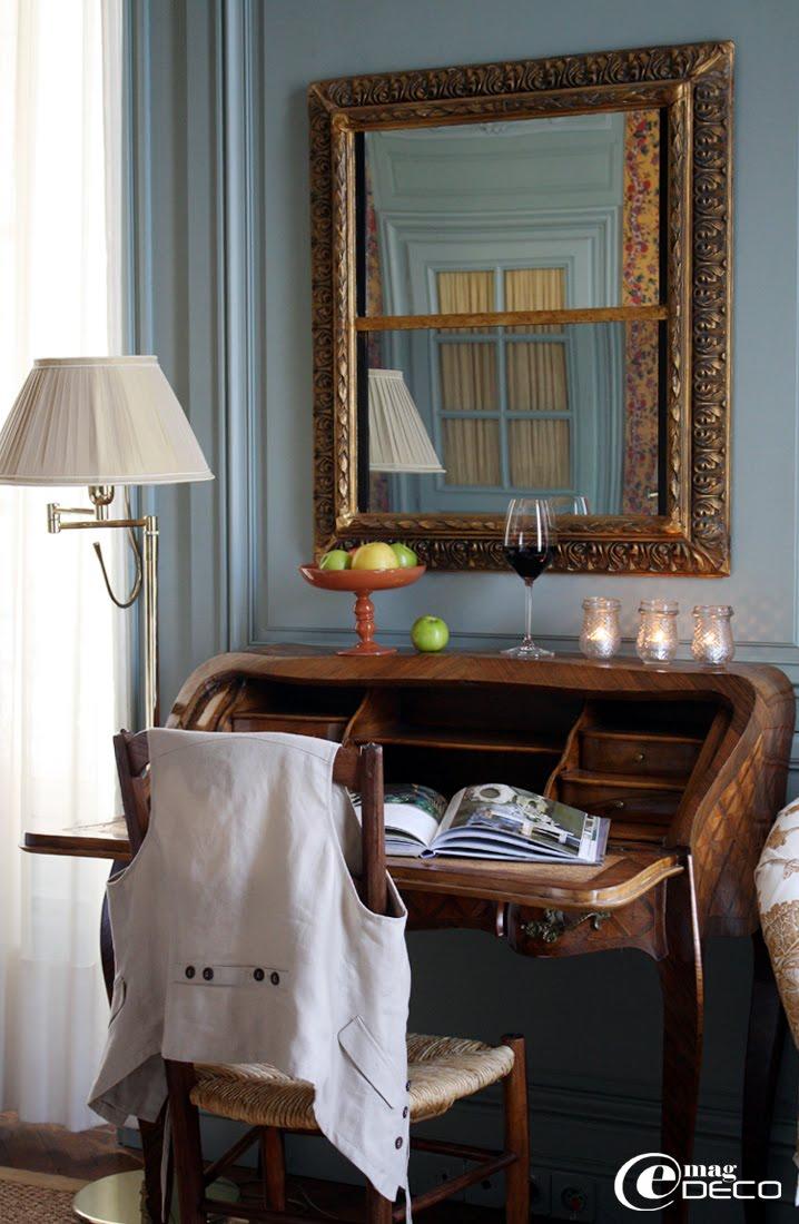 Un téléviseur miroir dans un cadre ancien doré, Hôtel de La Mirande, Avignon