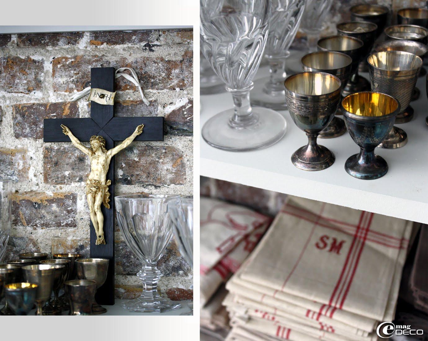Crucifix, collection de verres à pied et coquetiers anciens