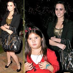 : Demi Lovato junto a su hermana menor en una fiesta de navidad