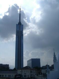 福岡タワーを見上げる