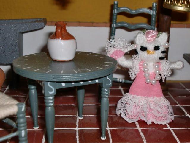 un decorado com mesita y sillitas estilo sevillano, nuestra Gelokiti ...