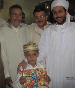 في وسط مسجد الامام مالك بأفلو يكرم الطفل الملهم محمد اسلام