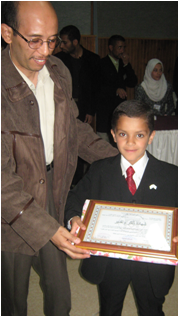 إسلام يحمل الشهادة الشرفية مع الدكتور تيجاني رئيس قسم علم النفس بجامعة عمار ثليجي بالأغواط