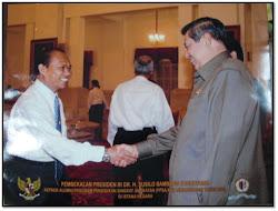 Menerima ucapan Selamat dari Presiden RI sebagai Alumni PPSA XVI Lemhannas RI di Istana Negara