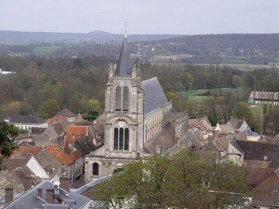 Montfort l'Amaury, cidade natal de Simon de Montfort, perto de Pariws, Heróis medievais