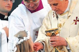 Bento XVI distribui comunhão na boca, Vaticano