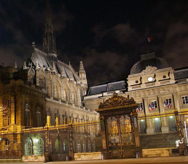 A Sainte-Chapelle (à esquerda) e o Palais de Justice (direita) fazem parte do conjunto