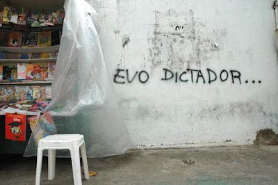 Grafitti contra Evo, centro Santa Cruz