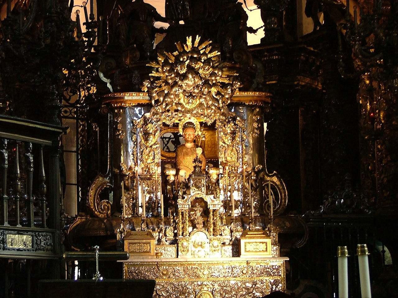 Altar mor com o busto do Apóstolo Santiago que os peregrinos costumam abraçar chegando por trás