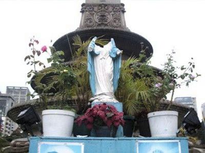 Imagem de Nossa Senhora na Plaza Altamira, decapitada, Caracas