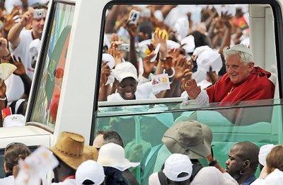 Bento XVI calorosamente recebido na Africa