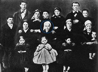 Santa Bernadette (no centro) com toda sua família