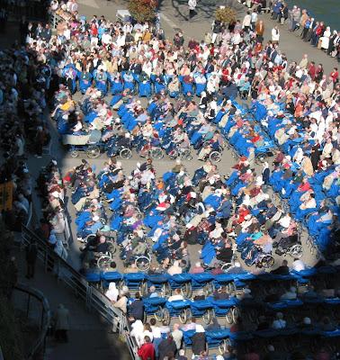 Doentes rezam diante da Gruta de Lourdes