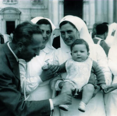Anna Santaniello assistindo doentes após sua cura milagrosa