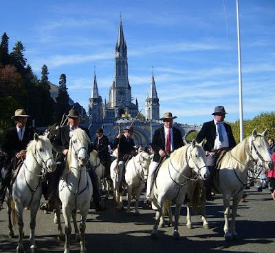 """Romaria """"des Guardians"""" é feita à cavalo. Fundo: basílica de Lourdes"""